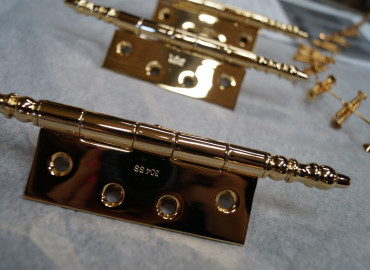 Pavonis polished and gold plated hinges